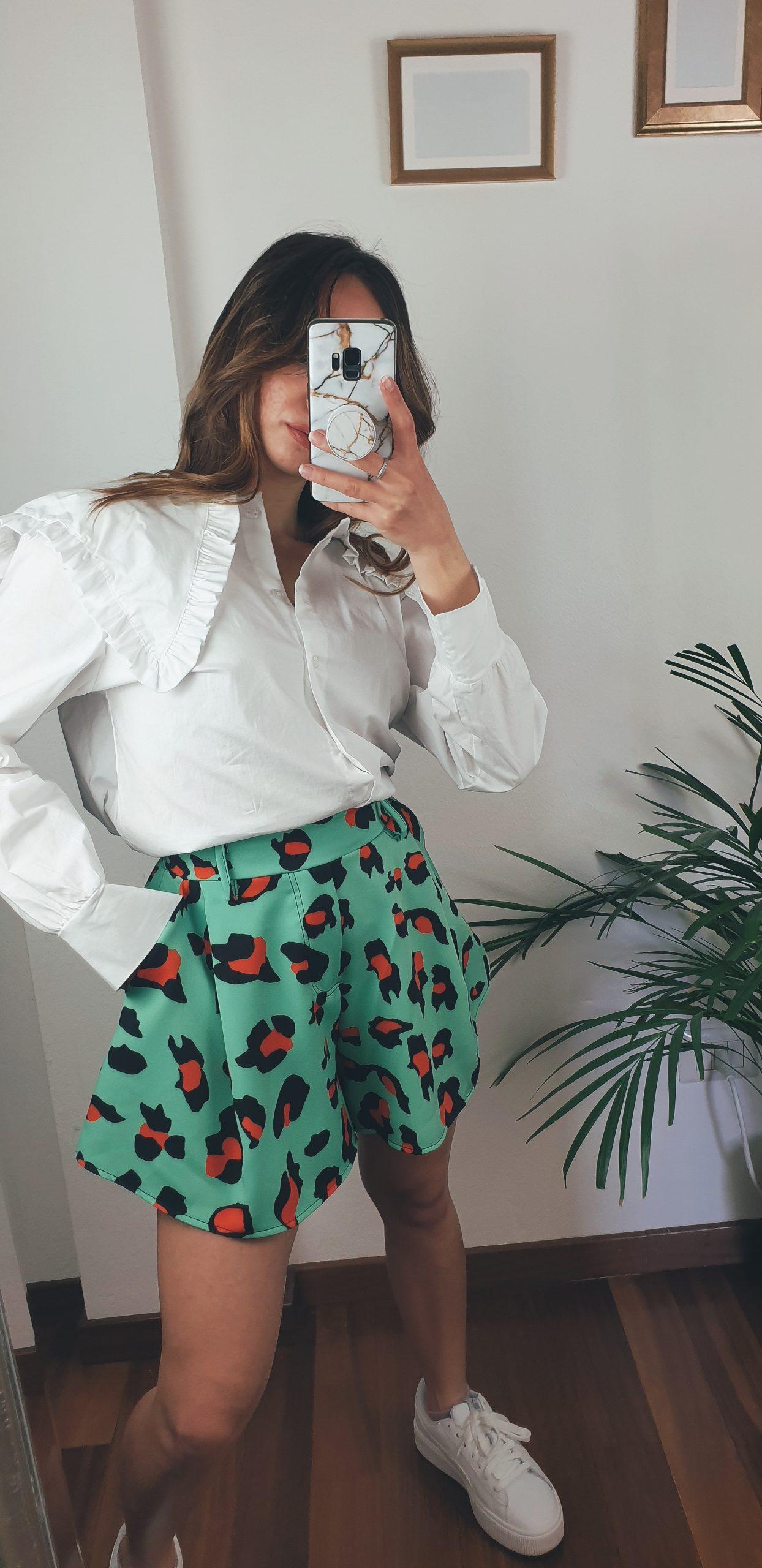 nastistyle-shoponline-abbigliamentodonna-short-maculato-pantaloncino-shortarancione-pantaloncinoarancione-arancione-leopardato-camiciabianca-outfit-madeinitaly-fashion-verde